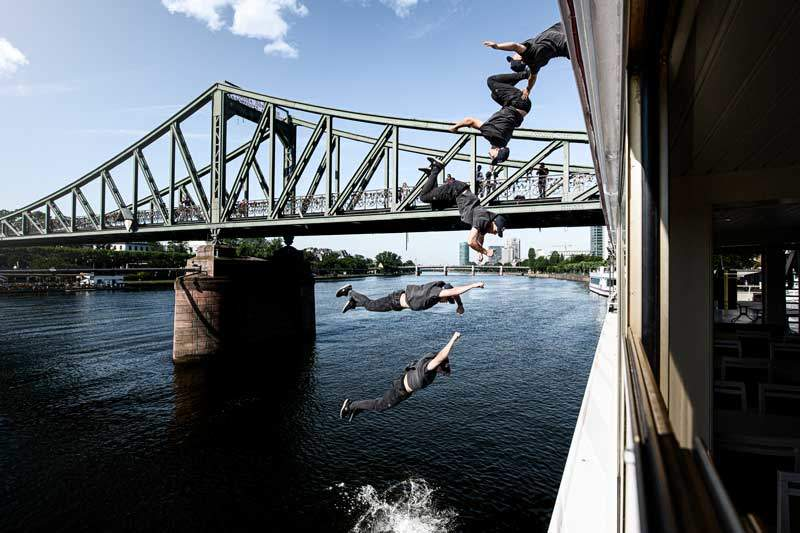 Backflip in den Main in Frankfurt von Jason Paul