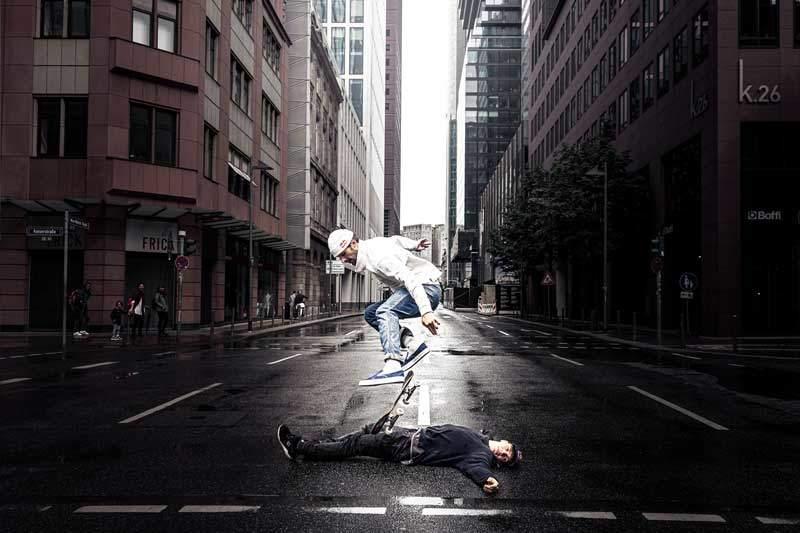 Skater macht Kickflip über Jason Paul