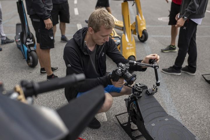 Daniel montiert die Kamera auf dem scooter